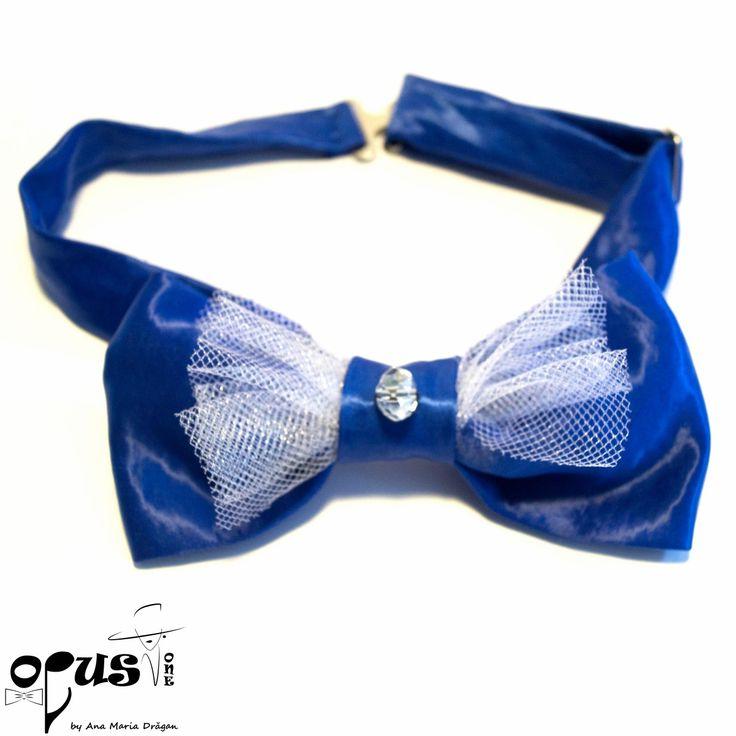 Papion Pre-Tied albastru; Material: poliester, bumbac satinat, tul si cristal de sticla; Dimensiune: 12,5 x 6 cm; Inchizatori metalice; Reglabil;