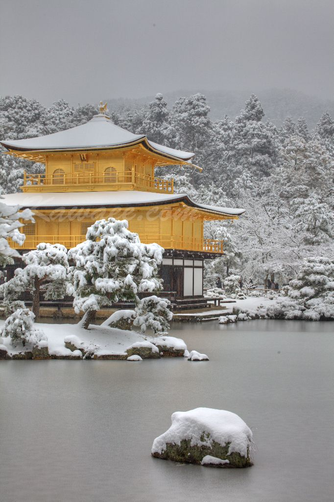Kinkaku ji in Kyoto in winter. The golden pavilion and gardens are beautiful in all seasons but snow on the ground like this is rare in Kyoto. Japón Cursos de idiomas en el exterior CAUX InterCultural. Estudia japones en Kanazawa. Desde 2 a 52 semanas. Programas de 20,25 ó 30 lecciones semanales. Para más información escribenos a mailto:intercult