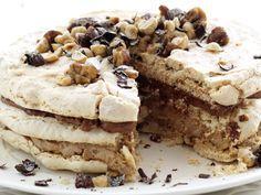 Грильяжный торт — это праздник для сладкоежек и любителей безе. Лёгкая текстура коржей, шоколадная терпкость тёмного крема и нежный светлый крем в сочетании с орехами в карамели, создают гармоничную композицию и насыщенный вкус. Торт наиболее всего сочетается с горячим несладким кофе, или крепко заваренным чаем. Для детей приготовьте свежий цитрусовый лимонад или фреш.