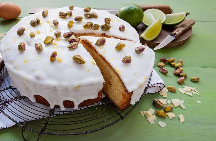 Pistachecake met limoensiroop - Stap 1 Maal de amandelen en 75 gram van de pistachenoten fijn. Hak de rest van de noten grof. Boen de limoenen schoon en rasp de schil. Pers de limoenen uit. Verwarm de oven voor op 170 °C.  Stap 2 Meng zelfrijzend bakmeel met het notenmeel en de helft van de limoenrasp. Roer boter …