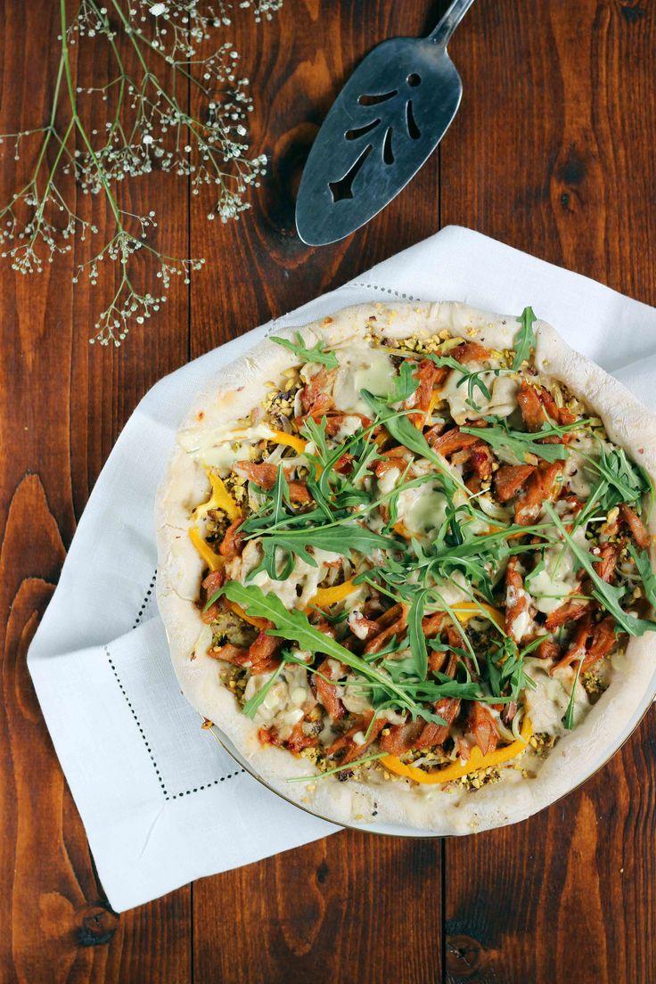 Eerder vertelde ik je al dat ik druk bezig ben met het zoeken -en uitproberen natuurlijk!- naar allerlei recepten voor plantaardige pizza's. Want ook als je plantaardig eet kan je nog heerlijk genieten van een pizza! Ik deelde een recept voor een basic pizza margarita, lekker en eenvoudig. Een meer 'Amerikaanse' variant van pizza is