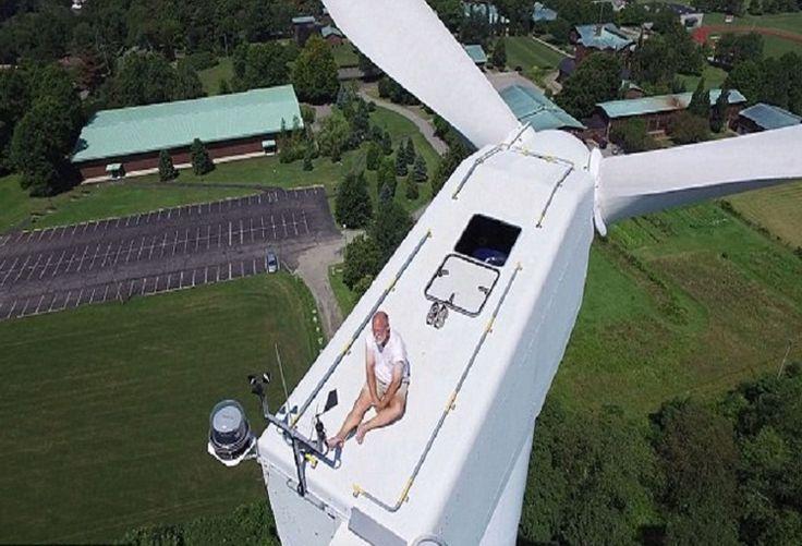 Só te conto... : Um drone flagra um homem a banhos de sol em cima de uma turbina de vento.