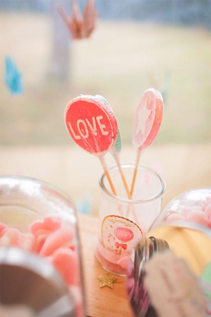 Le mariage rétro aux tons pastel de Charlène et Valentin - Loire-Atlantique   Photographe : Camille Marciano   Donne-moi ta main - Blog mariage