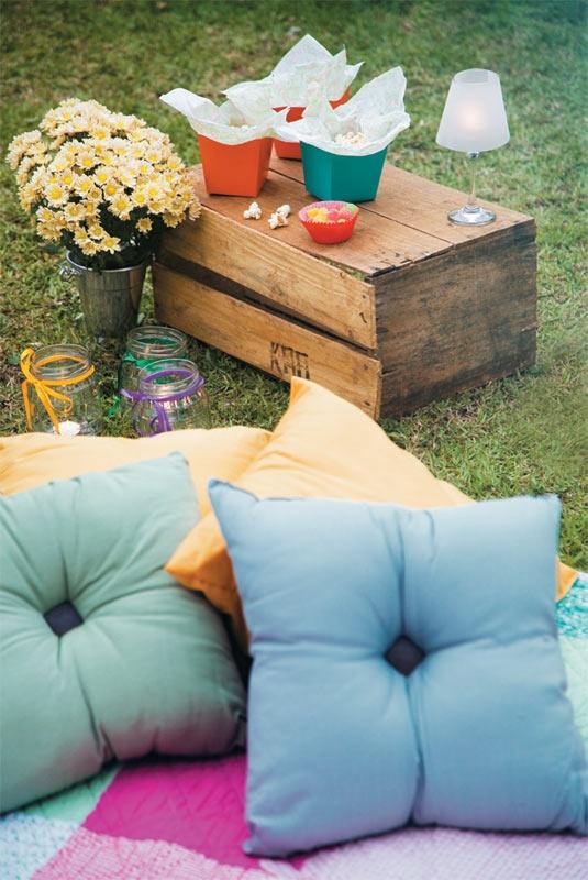 Decoração simples: almofadas de algodão (C, R$ 19,90 cada), colcha Lynn (Etna, R$ 159,90) e apoios feitos de caixotes de feira.