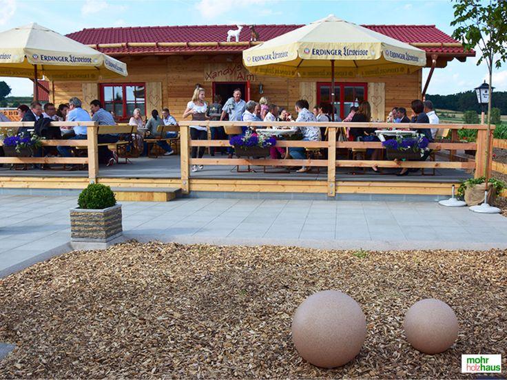 Biergarten Xandy's Alm Terrasse #biergarten #fertighaus #holzhaus #holzbau #holzbauweise #alm #almhütte #terrasse #garten #hüttengaudi #almfeeling #bier #sommer