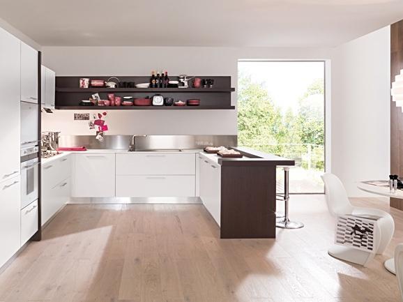 Cucina angolare moderna bianco opaco con penisola rovere moro. Composizione completa di forno e microonde, piano cottura, cappa e lavello in acciaio.