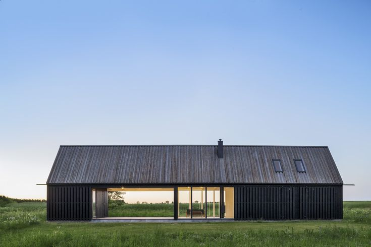 Huset har formen av en extruderad lada med en privat del i ena änden och gästdel i den andra. En stor gemensam avdelning med kök, vardagsrum och terrass under tak delar de två zonerna och kan öppnas helt med ett stort skjutglasparti. Genomfört i samarbete med DEVE Architects.