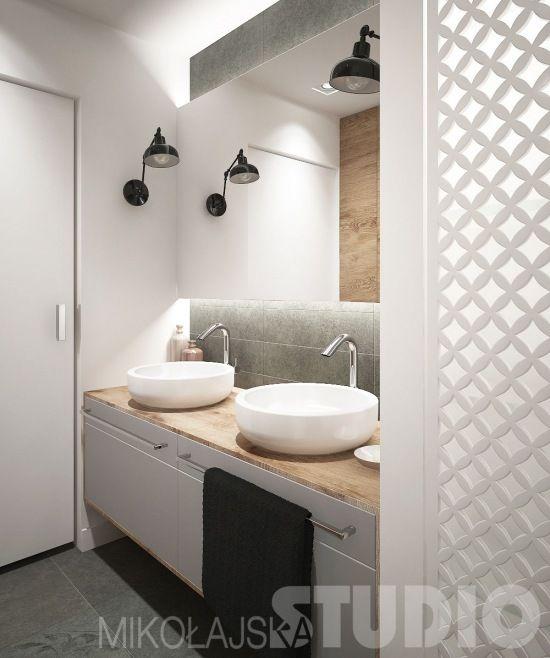 czarne kinkiety na bocznych scianach we wnęce łazienki z szarymi szafkami z drewnianym blatem i owkragłymi umywalkami  i lustrzaną ścianą - Lovingit.pl