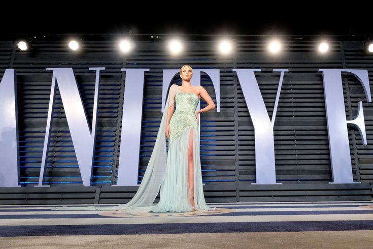 Rosie Huntington-Whiteley Photos Photos - 2018 Vanity Fair Oscar Party Hosted By Radhika Jones - Arrivals - Zimbio