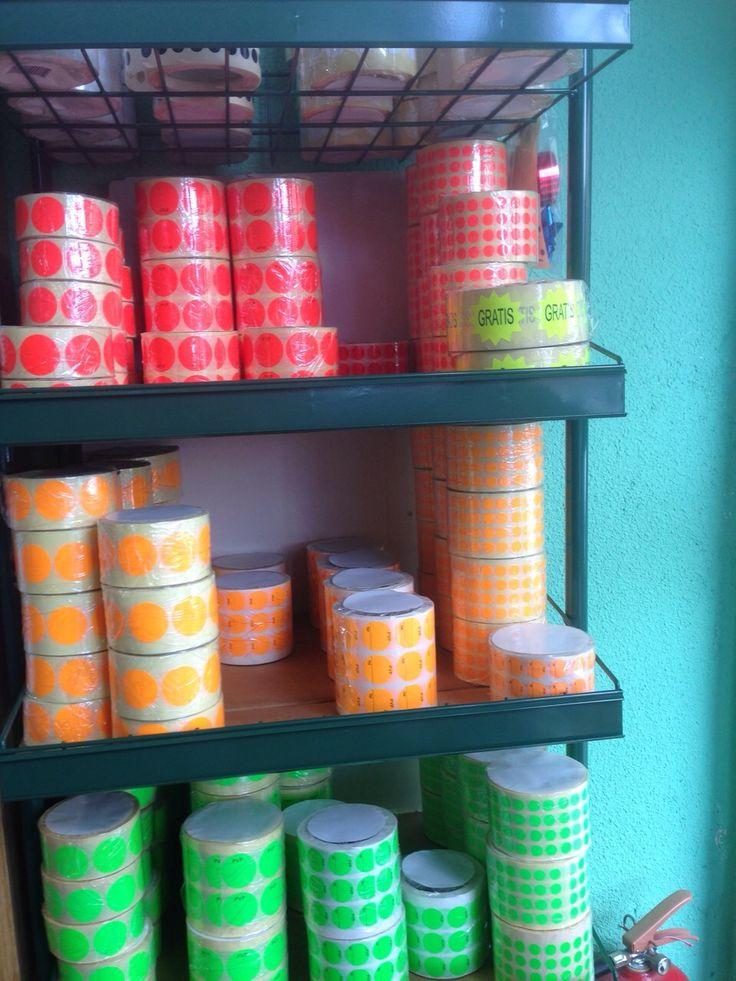 Etiquetas para precios redondas de colores fluorescentes y en blanco puedes verlo en https://www.pegatinasyetiquetas.com/etiquetas-para-precios