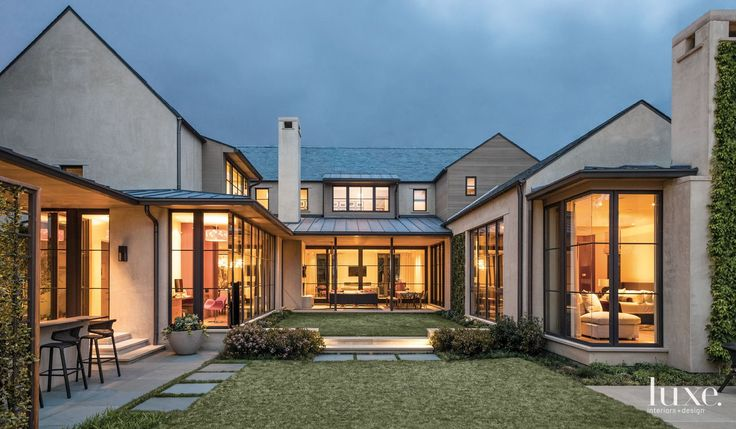 A modern dallas home with a courtyard style design for Contemporary home builders dallas