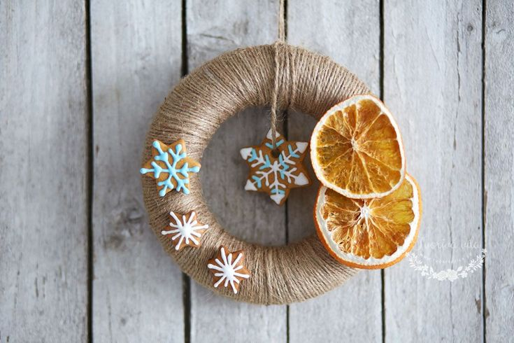 Tento netradiční vánoční věnec může už brzy zdobit i vaše dveře. Přírodní materiály dodají vašemu domovu tu správnou vánoční atmosféru. Jeho výroba není nijak složitá, a tím, že si věneček vyrobíte sami doma, budete Vánocům zase o krok blíž. Na výrobu budete potřebovat: polystyrenový korpus věnce lýkový provázek tavnou pistoli, lepidlo a nůžky sušené pomeranče …