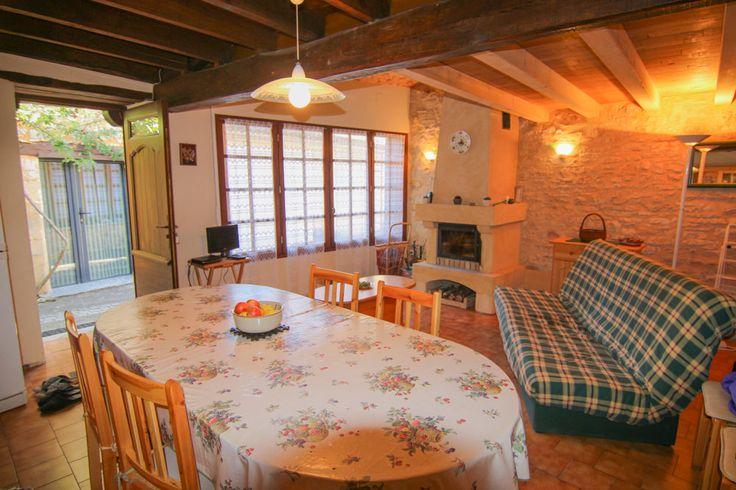Au Sud de Sarlat, dans un charmant village avec tous les commerces de proximité, maison de village de 50 m2 composée d'une pièce à vivre avec cheminée, cuisine, salle d'eau, wc et une chambre mansardée à l'étage. Idéal pour pied à terre en Dordogne ou investissement locatif- Vendue entièrement meublée