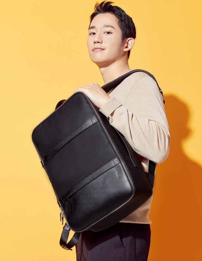 Jung Hae In is the new poster boy for Jill Stuart accessories, and the actor is currently riding on a career high with notable movie and drama roles under his belt just in the past six months or so…