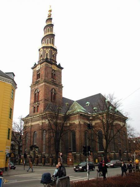 Вор-Фрельсерс Кирхе – #Дания #Столичная_область #Копенгаген (#DK_84) Vor Frelsers Kirke - церковь в Копенгагене с уникальной, закрученной вокруг башни против часовой стрелки, внешней винтовой лестницей. Подняться по ней в период с апреля по октябрь может любой желающий - с высоты в 90 метров открывает головокружительный вид на датскую столицу. http://ru.esosedi.org/DK/84/1000120533/vor_frelsers_kirhe/