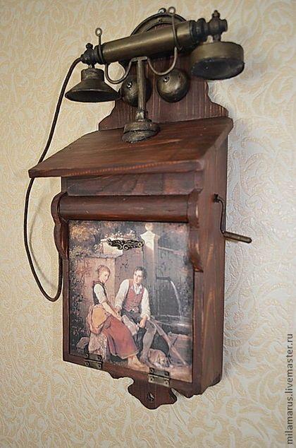 Ключница `Ретро-телефон`. 2в 1 . 'Ретро-телефон' украсит интерьер и послужит прекрасным подарком для ценителей предметов в стиле ретро, плюс телефон выполняет функцию ключницы. Ключница выполнена из массива дерева,состарена,имеет 2 крючка,закрывается на магнитный замок.