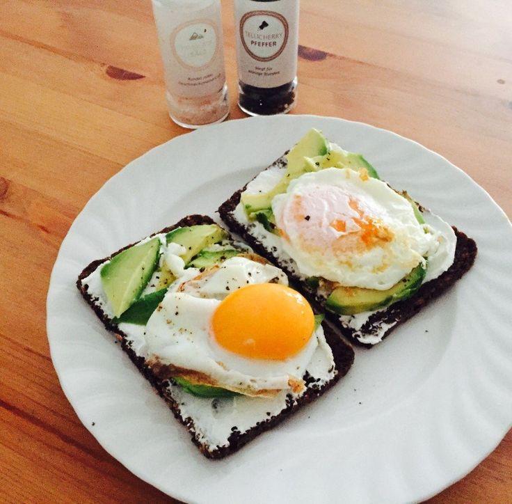 Fitness Rezept Avocado Frühstück mit Spiegelei - Nährwerte: Kalorien 676 kcal - Protein 32 g - Kohlenhydrate 41 g - Fett 45 g