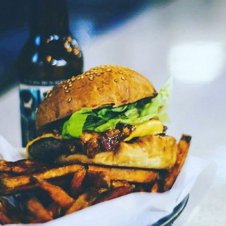 #HappyNationalCheeseburgerDay! Cheeseburger day is celebrated annually on the 18th September. This #celebration of one of the most #iconic and #delicious #foods, has been taking place every year since the early part of the #Roaring20s era.  PS. I bet you're #hungry now. 😏 I know what I'm having for #dinner!  #yummy #getinmybelly #eataburger #tasty #foodporn #food #burger