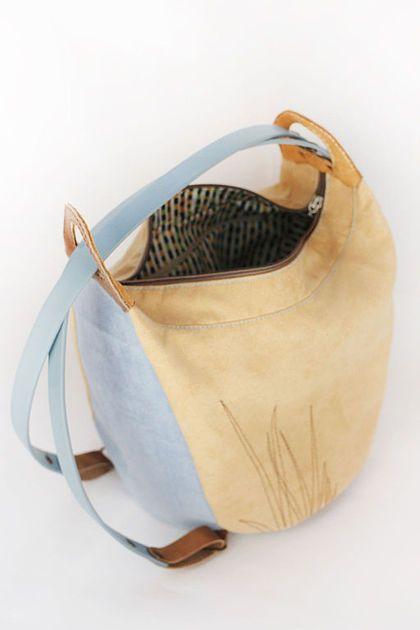 Купить или заказать Женский рюкзак 'Ящерка' в интернет-магазине на Ярмарке Мастеров. Вы устали от сумок, спадающих с плеча, а традиционные рюкзаки не подходят к вашему стилю? Перед вами отличное решение - сумка-рюкзак в приятной летней гамме. Классической и универсальной - идеальной для путешествий! Отличная спутница для девушки, гардероб которой состоит из одежды натуральных оттенков теплой гаммы и базовых джинсовых вещей. Мягкая сумочка-хобо из невероятно приятной на ощупь…