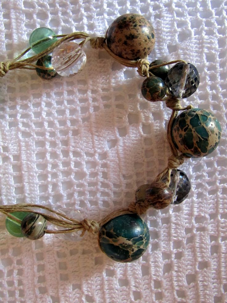 collana estiva con corda di lino naturale, perle di diaspro e di vetro colorato