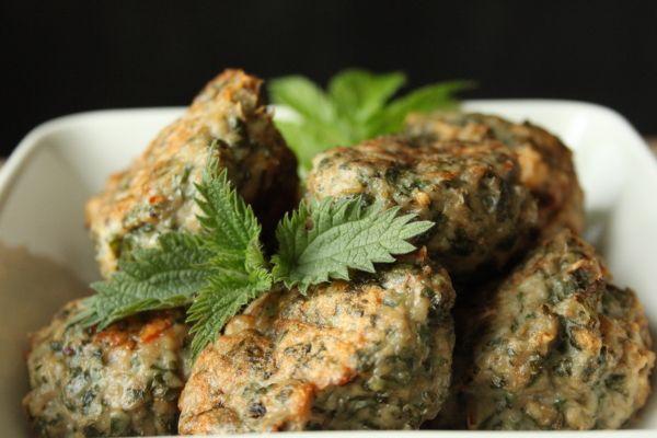 Frikadeller med brændenælder og skvalderkål | Meatballs with nettles and goutweed    400 g hakket kyllingekød  Brændenælder  Skvalderkål  Et æg  Salt og peber