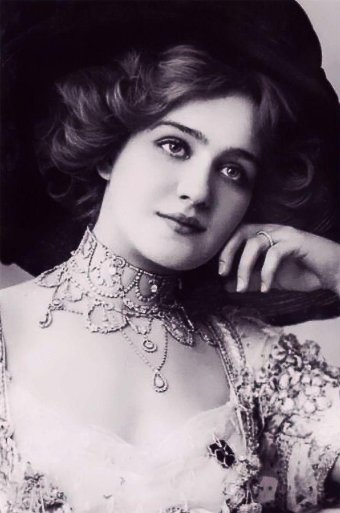 Voici une série des plus belles femmes de 1900, de l'époque édouardienne ie sous le règne de Edouard VII entre 1900 et 1910.