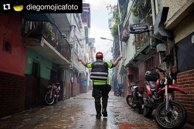 Foto de @diegomojicafoto Gracias paramédicos! #ccs #caracas #caminacaracas  Paramédicos Voluntarios atendieron a afectados por bombas lacrimógenas en el barrio La Cruz de Chacao durante la protestas que se llevaron a cabo en Caracas. #19junio  #caracas #venezuela #resistencia #elnacionalweb #rmtf #bbc #bbcnews