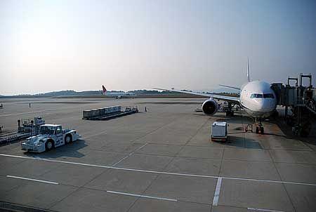 朝早く起きて、眠い目をこすりながら飛行機に乗り、そして着いたのは広島空港。朝が、まだ浅い感じがする。[2011/10 広島空港(広島県)]© 2010 風旅記(M.M.) 風旅記以外への転載はできません...