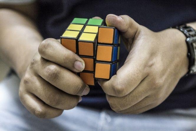 Cubo mágico faz 40 anos encantando com simplicidade complexa