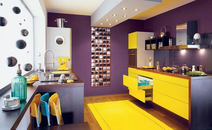 cuisine violette avec meubles en jaune laqué, peinture violette, revêtement de sol en parquet massif et tapis jaune