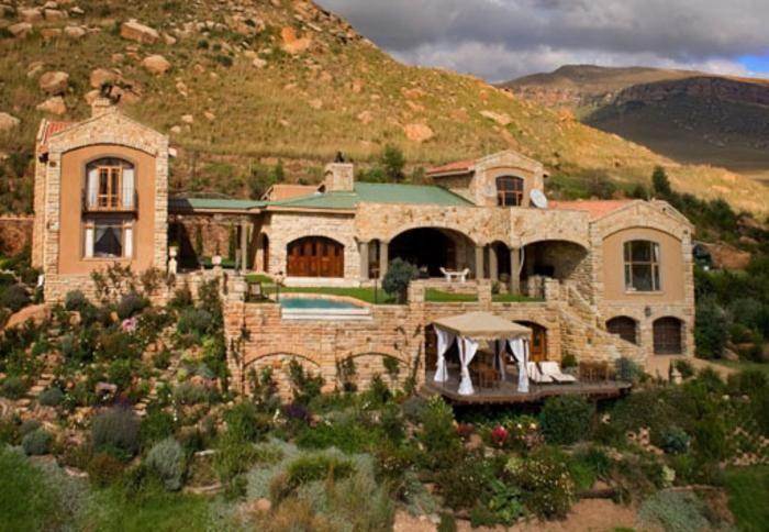 "Wild Horses Lodge, Northern Drakensberg, Free State. Love the sandstone ""castle"" effect!"