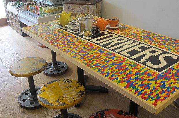 Idée amusante  :  redécorer une table de cuisine en lego, style industriel   lego kitchen table