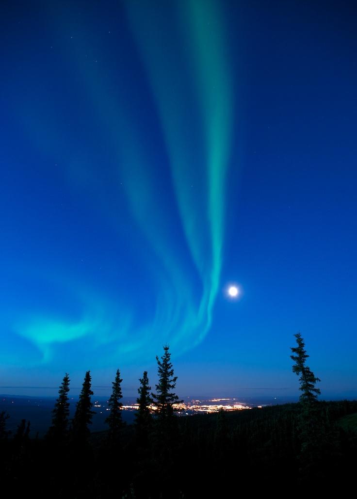 Auroras boreales y la Luna en Fairbanks, Alaska.-