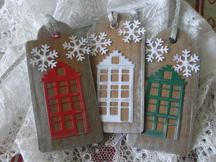 domečky Jmenovky na dárky vyřezané z lepenky. Vel. 5 x 11 cm. Druhá strana jmenovky je bílá, lehce napíšete jméno nebo i krátké přání. Domeček zelený,červený, bílý. Bílé vločky zdobené nalepenými perličkami. Cena za tyto 3 kusy.