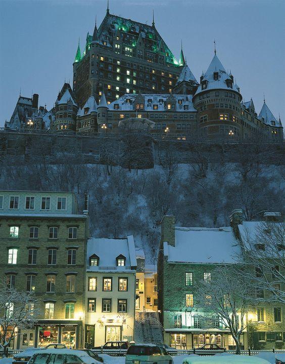 Fairmont Le Château Frontenac : un hôtel surplombant la ville de Québec, au Canada