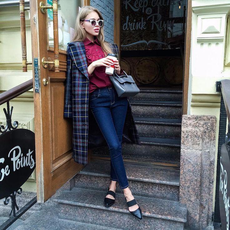 🔥SUPER NEW🔥Дорогие, в #LOMONOSOVA22 чуть ли ни каждый день приходят новые осенние коллекции😍На Тане: клетчатое пальто из 100% шерсти петербургского бренда LIZA ODINOKIKH, скинни-джинсы, балетки из высококачественной кожи (-40%), рубашка с жабо из 100% хлопка и кожаная сумочка американского бренда HIELEVEN 🔥#lm22_повседневный