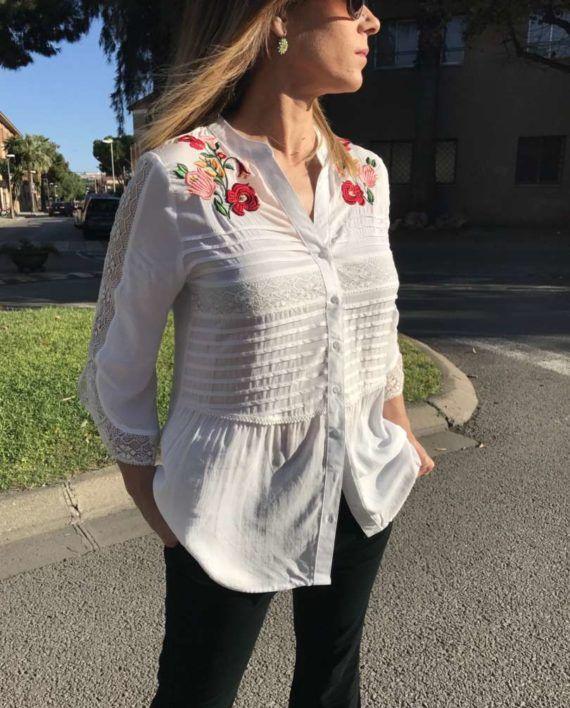 Kim's Cut Collection | Blusa de algodón con detalles de puntilla en mangas tres cuartos. Plisado en la parte delantera junto con bordados en la zona superior. Hay talla S, M y L. Ropa exclusiva Kimscut Collection.