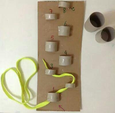 Rolinhos de papelão e cadarço