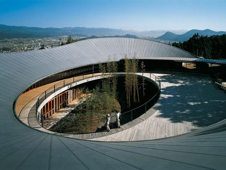 TheMakino Museum of Plants in Koichi, Japan byJapanese architectHiroshi Naitohas a2levels structure constructed of laminatedwood.Hiroshi Naito creates a simple, highly durable wooden structuretaking care of the environmental issues in agentle slope area, on the ridge of a forested mountainandthe vicinity of the sea coast.