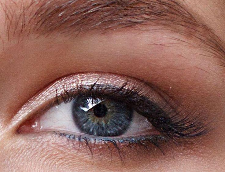Глаза у всех совершенно разные))) How to: 1. Тени color tatoo 65(светло розовые) 2. В уголок и по нижнему веку кремовые #smashbox красно-коричневые 3. Тени из палетки #loracpro 1 #nude на все веко 4. Та же палетка, оттенки #sable #espresso и #garnet 5. Тушь #sensai 38* 6. Подводка #mac #maccosmetics #blacktrack #eyeliner  7. Синий карандаш по слизистой #elcorazone  8. Брови #anastasiabeverlyhills тени в оттенке #softbrown  Фото by @taho_baragoz #makeup by #dashacherentaeva
