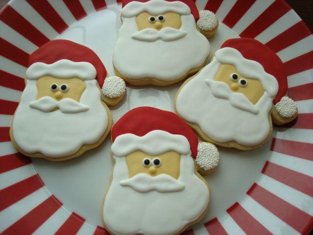 Σίγουρα σε όλα τα γλυκά παίζει ρόλο η συνταγή αλλά ο στολισμός τους ιδιαίτερα τις μέρες των Χριστουγέννων είναι η πρώτη εντύπωση που κερδίζει τα βλέματα. Δείτε πως μπορείτε να στολίσετε τα μπισκότα σας και
