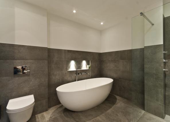 mooie kleuren, vrijstaand bad met inloopdouche en inbouw kranen/ knoppen