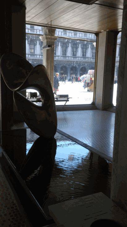 Nudo al sole scultura di Viani e vista su Piazza San Marco dal negozio Olivetti disegnato da Carlo Scarpa, leggi tutti i dettagli qui bit.ly/olivettivenezia