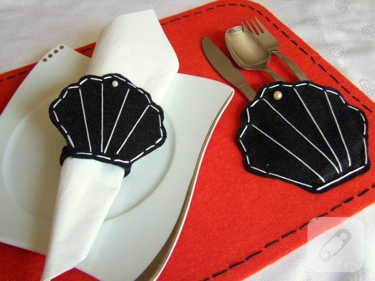 siyah kırmızı keçeden istirilye şeklinde amerikan servis takımı. Ekmekliği ile birlikte masanızı süslemek için zarif bir servis fikri. bu ve benzeri sofra dekorasyon fikirleri 10marifet.org'da