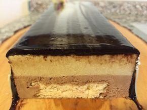 Delizia d'inverno: meringa friabile, mousse leggera al cioccolato, crema bavarese al caffè, glassa a specchio al cacao