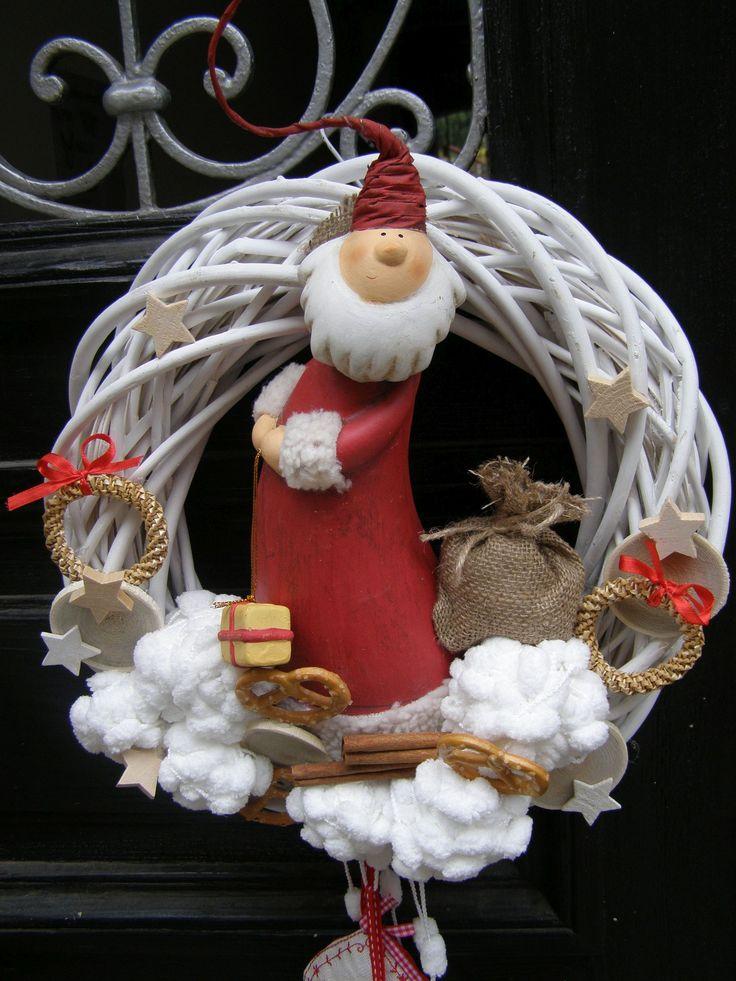 """Bělovous Vánoční věnec na přírodním korpusu o průměru 35 cm s keramickou figurkou správného zimního """"muže"""".. :-), jeho vyšívanými bačkůrkami a načechraným """"sněhem""""."""