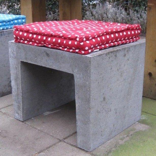 Handig en leuk voor in de tuin. Standaard U-profiel van beton (ca 15 euro). Kussen er op en klaar! Ook leuk om te verven