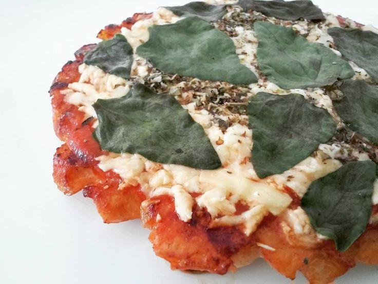 """🍕🐔 Pizza com massa de peito de frango + cobertura de molho de tomate, queijo colonial, orégano e espinafre. 🍅🍼🌱 .  Para fazer a massa é super simples: corte o peito de frango em cubinhos bem pequenos (ou use o processador), tempere e forre o fundo de uma frigideira antiaderente. Doure de um lado, vire (cuidado para não quebrar a """"massa""""!!) e coloque a cobertura de sua preferência. Tampe a frigi até o queijo derreter.. #receitasamavzzlr 🍕"""