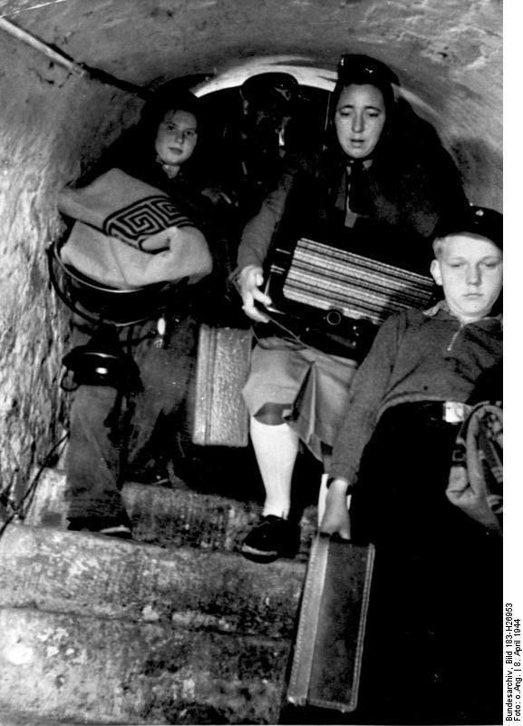 II.Weltkrieg 1939-45 Berlin am 8. April 1944. Der Rundfunk hat anfliegende feindliche Flugzeuge gemeldet. Die Bevölkerung sucht ihre Luftschutzräume auf. Berlin - 8.4.1944