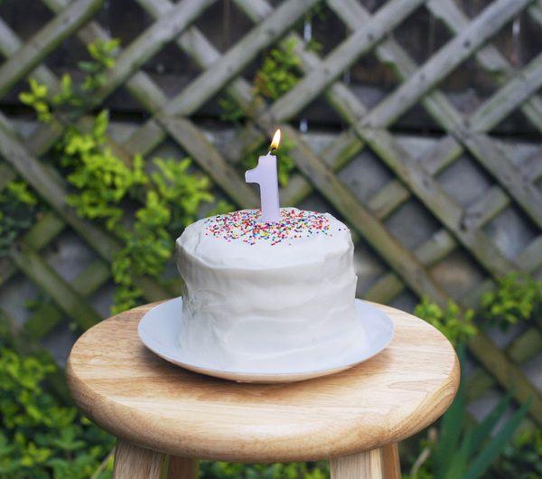 DIY Healthy Smash Cake - frosting made with greek yogurt! | Hellobee